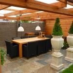 Terrasoverkapping met tafel en buitenkeuken